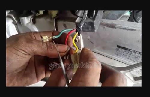 thợ hướng dẫn cách đo cục sạc xe máy