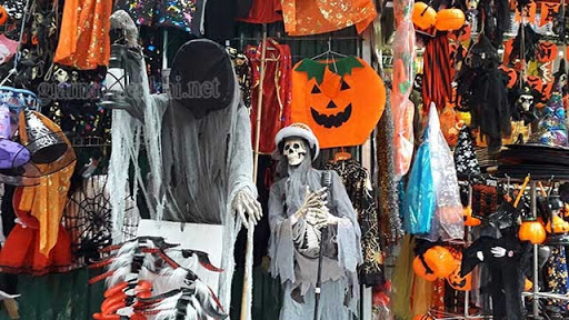 Mua đồ Halloween tại phố Đội Cấn