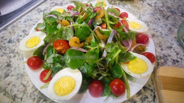 Salad trứng và rau càng cua được nhiều người ưa chuộng trong mùa hè